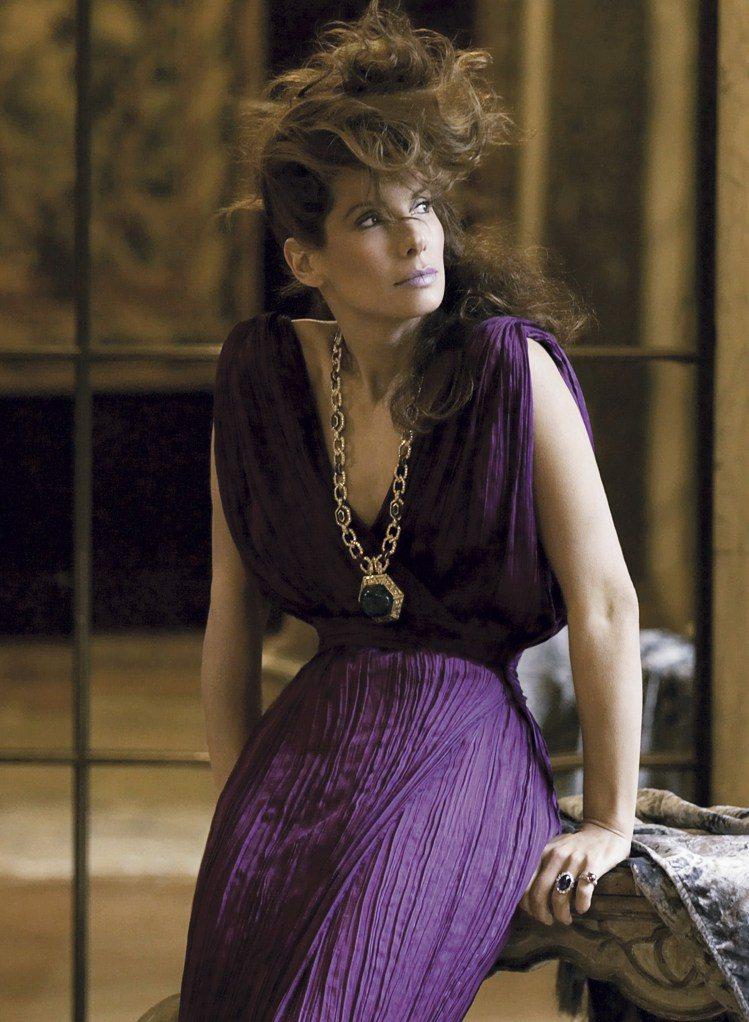 珊卓布拉克配戴BVLGARI Heritage典藏系列祖母綠與紅寶石黃K金長鍊。...