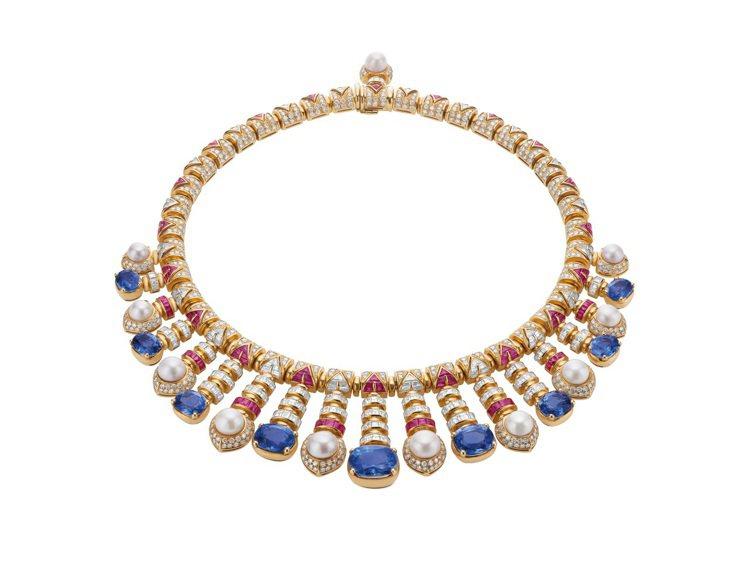 林依晨配戴的Heritage典藏系列黃K金彩寶項鍊,創作時間約西元1992年。圖...