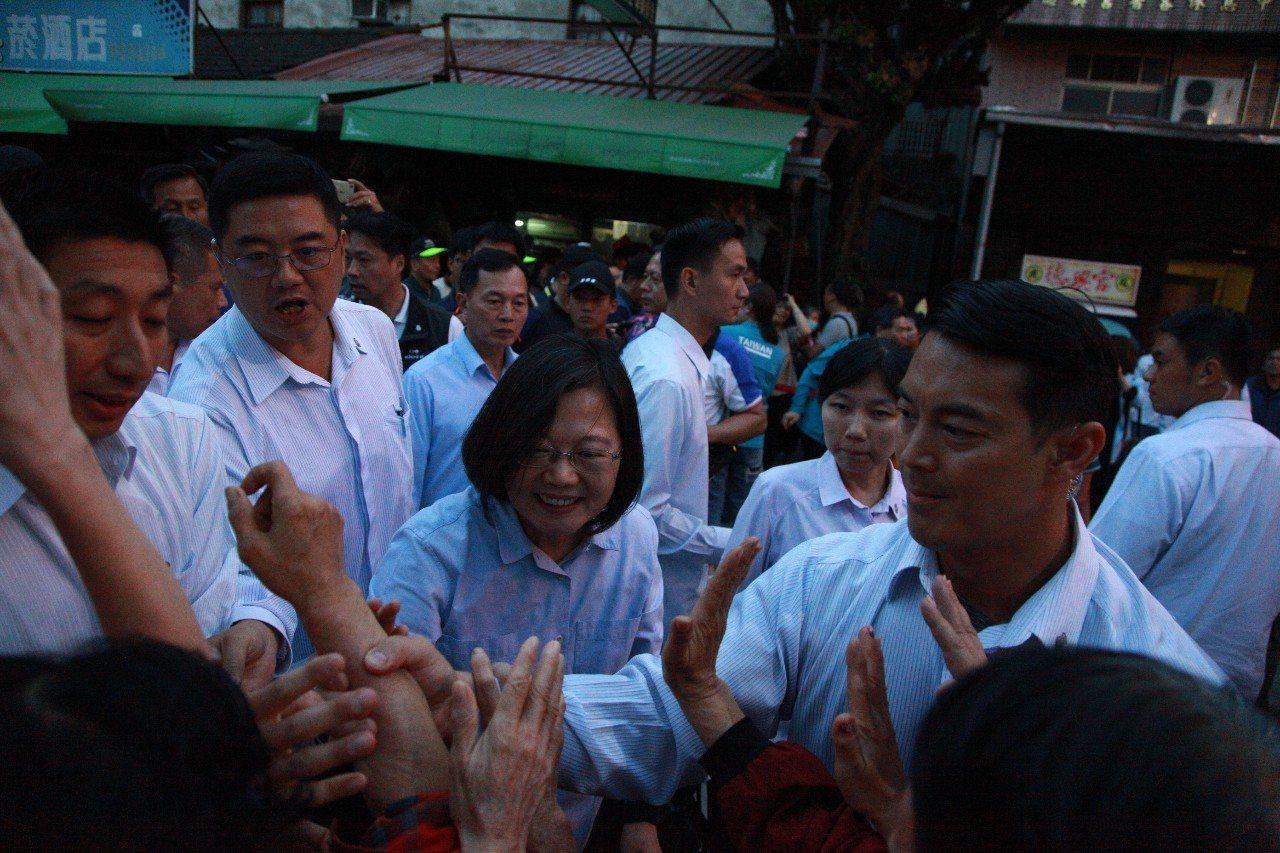 蔡英文總統今天下午一口氣跑了五鄉鎮的廟參拜並掃街,展現好體力和高人氣。記者蔡維斌...