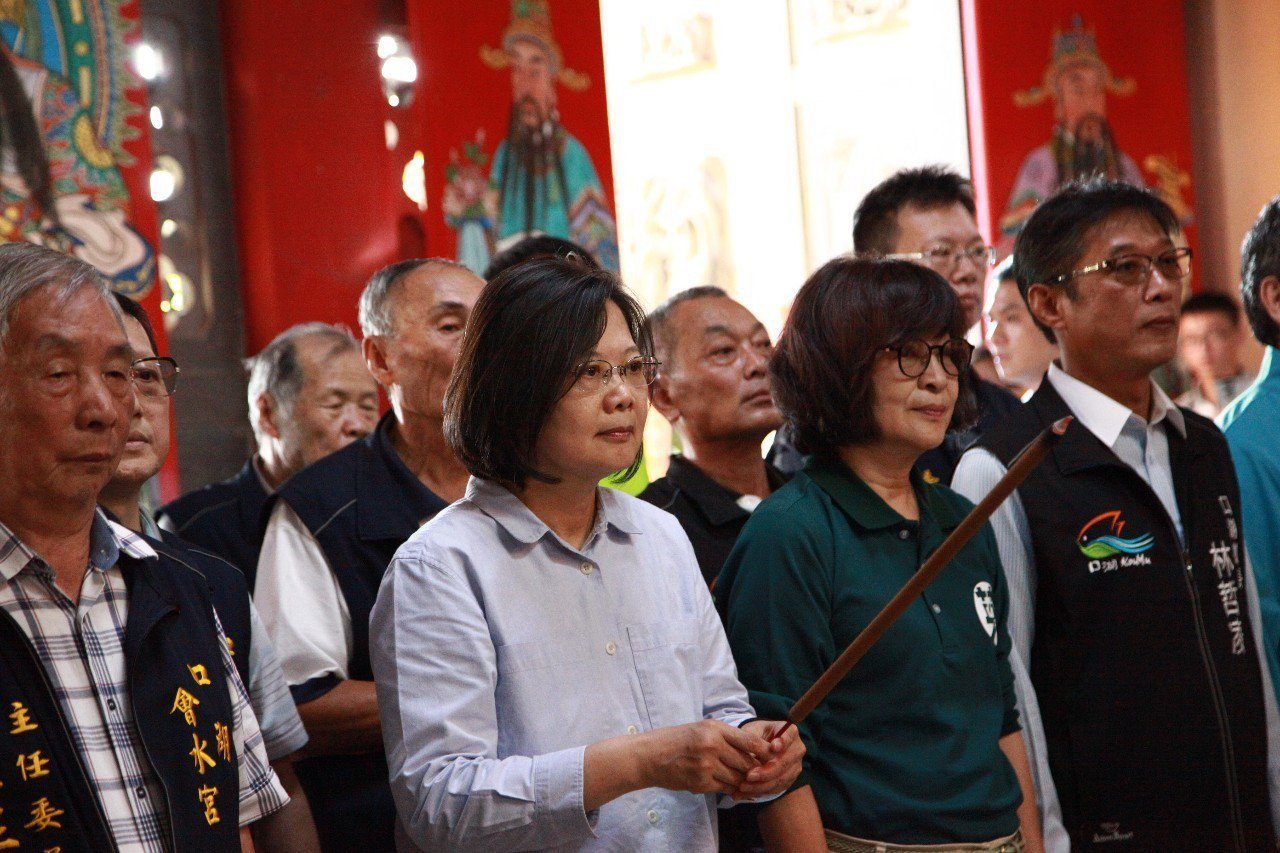蔡英文總統今天下午一口氣跑了五鄉鎮的廟參拜,展現高人氣和好體力。記者蔡維斌/攝影