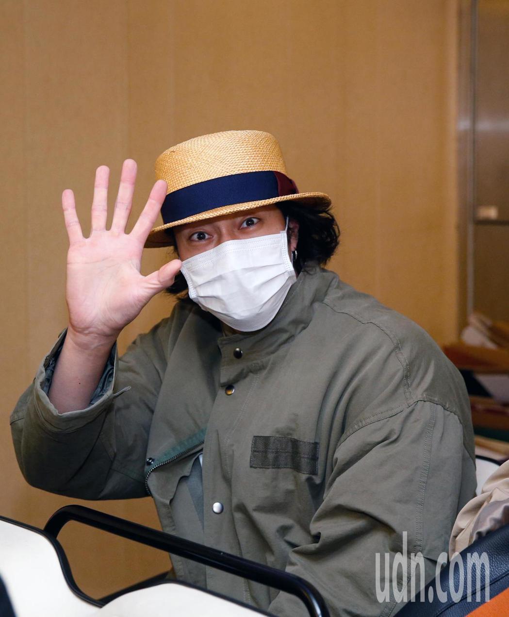韓星蘇志燮傍晚抵台,他雖然低調但還是跟粉絲們揮手致意。記者鄭超文/攝影