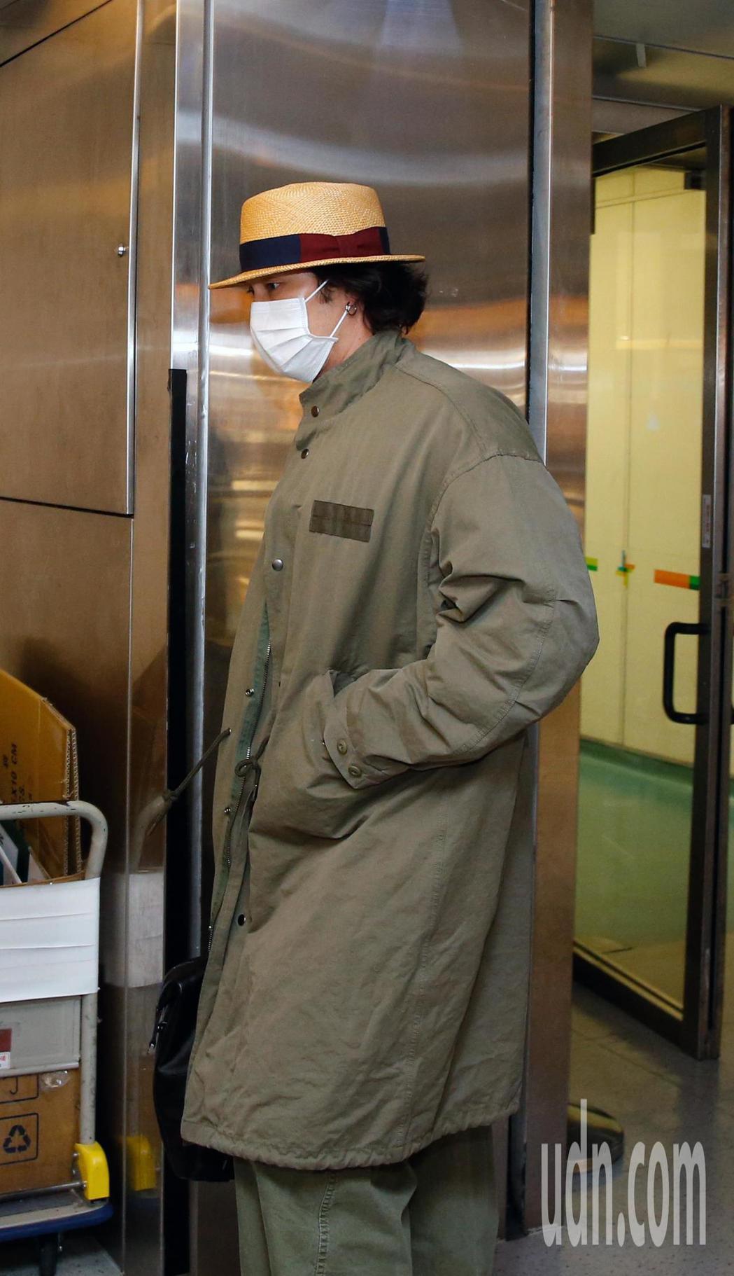 韓星蘇志燮傍晚抵台,他穿著大衣、帽子與口罩低調現身桃園機場。記者鄭超文/攝影