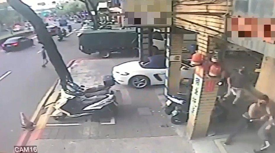 新北市板橋區昨天發生一起砍人事件,經營餐廳的鄭姓男子開跑車到洗車場洗車,遭4名男子持刀砍傷,警方獲報趕抵時,逞凶男子已先一步逃逸。記者王長鼎/翻攝