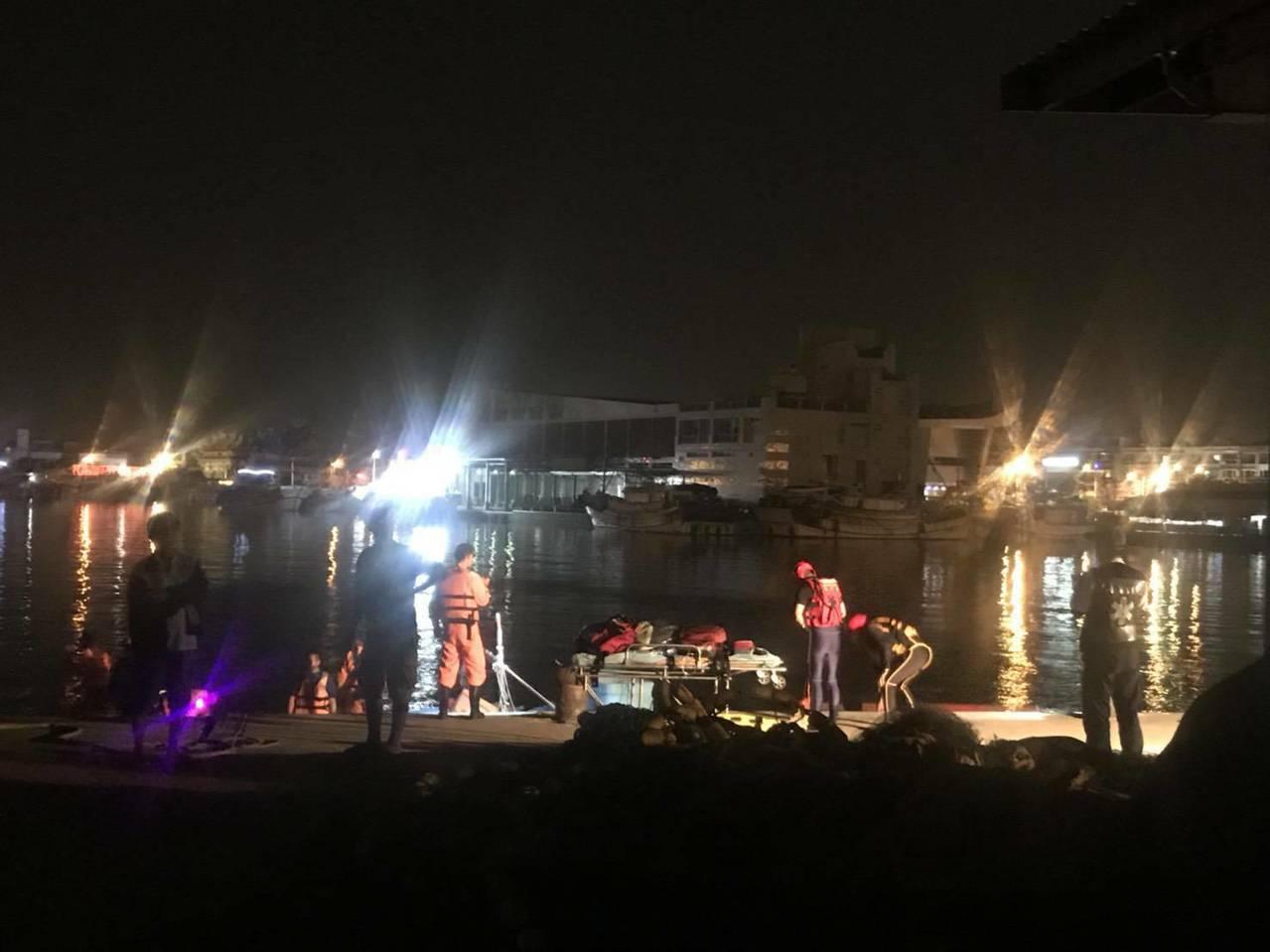高雄市梓官蚵仔寮漁港今傍晚驚傳1自小客車墜海,海巡、消防搜救中。圖/讀者提供