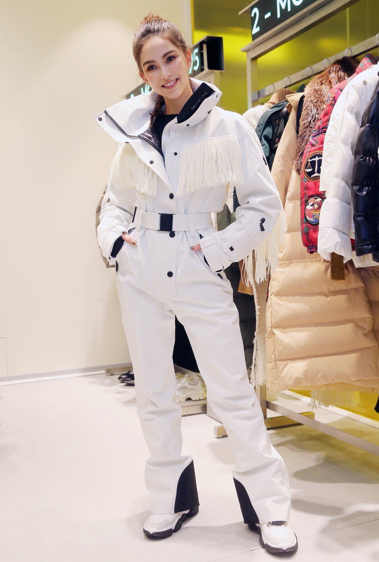 昆凌身穿MONCLER Grenoble連身褲10萬7,000元、雪靴18,20...