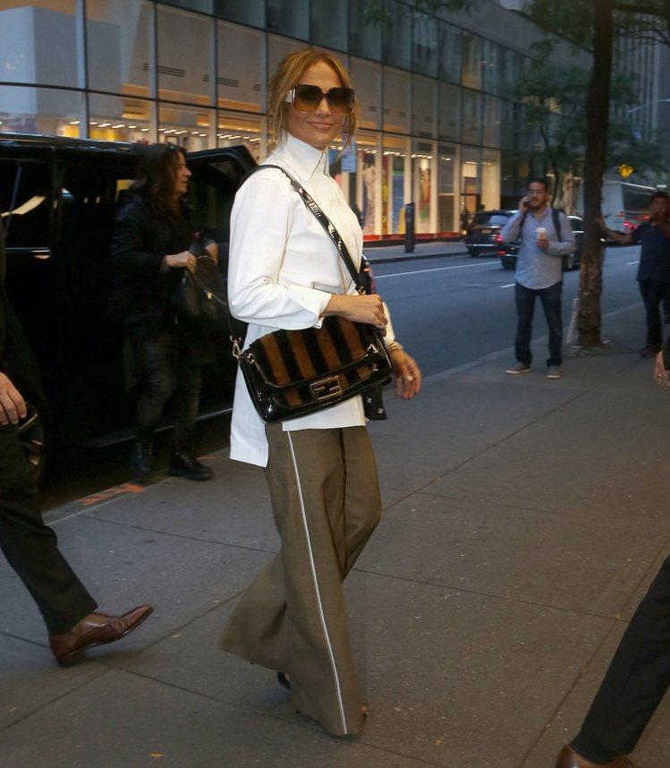 珍妮佛羅蓓茲身穿FENDI白色襯衫設計長褲,搭配經典Pequin條紋Baguet...