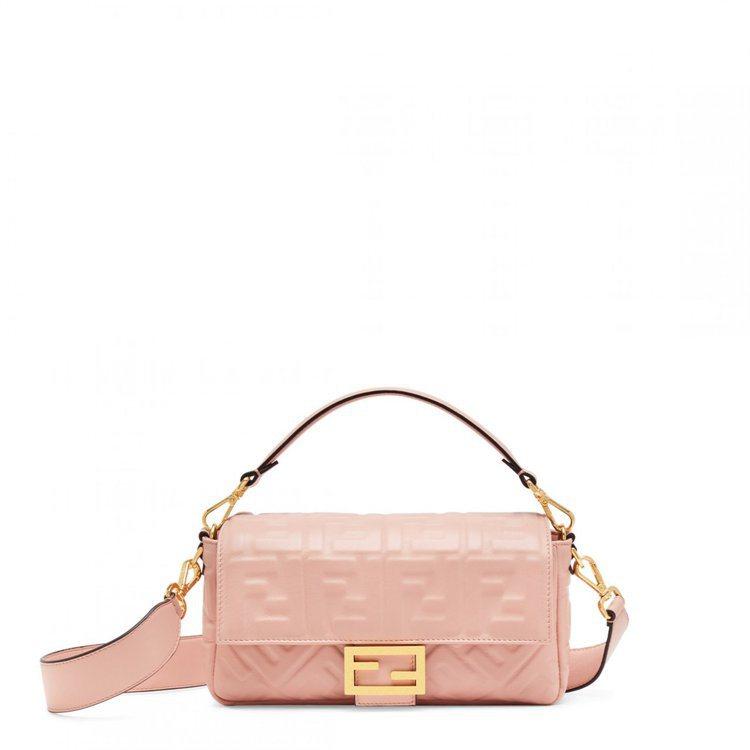粉色Baguette,售價86,900元。圖/FENDI提供
