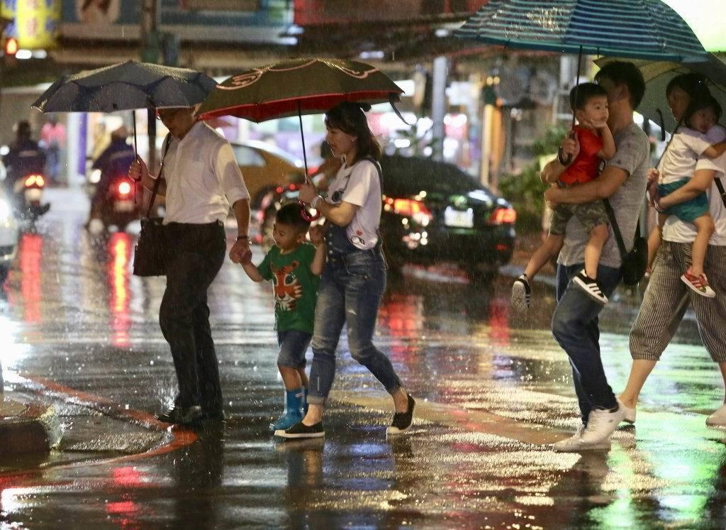 氣象局指出,明天(8日)東北季風持續增強,北部、東半部持續有局部降雨的發生,宜蘭...