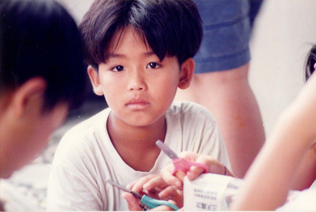 鼓鼓拿出童年照片跟粉絲分享。圖/相信提供