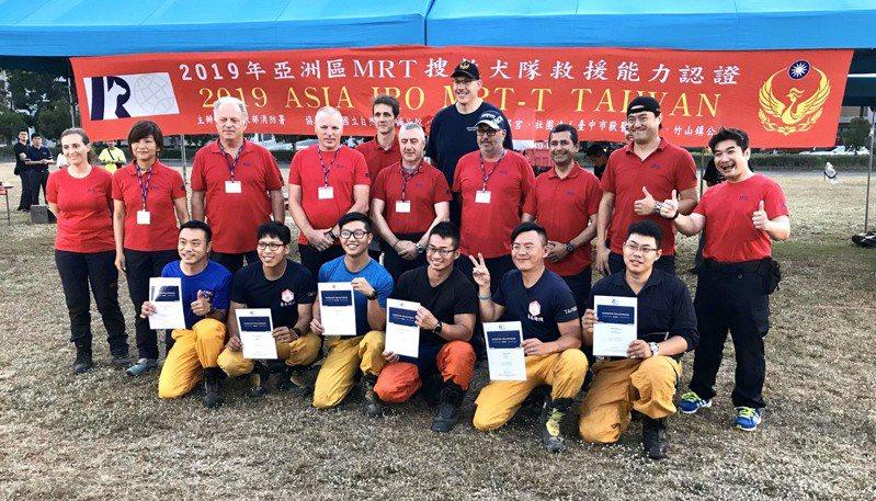 內政部消防署舉辦的「2019亞洲區MRT搜救犬隊救援能力認證」今天下午順利落幕,其中有6支台灣隊伍順利通過考驗。圖/消防署提供