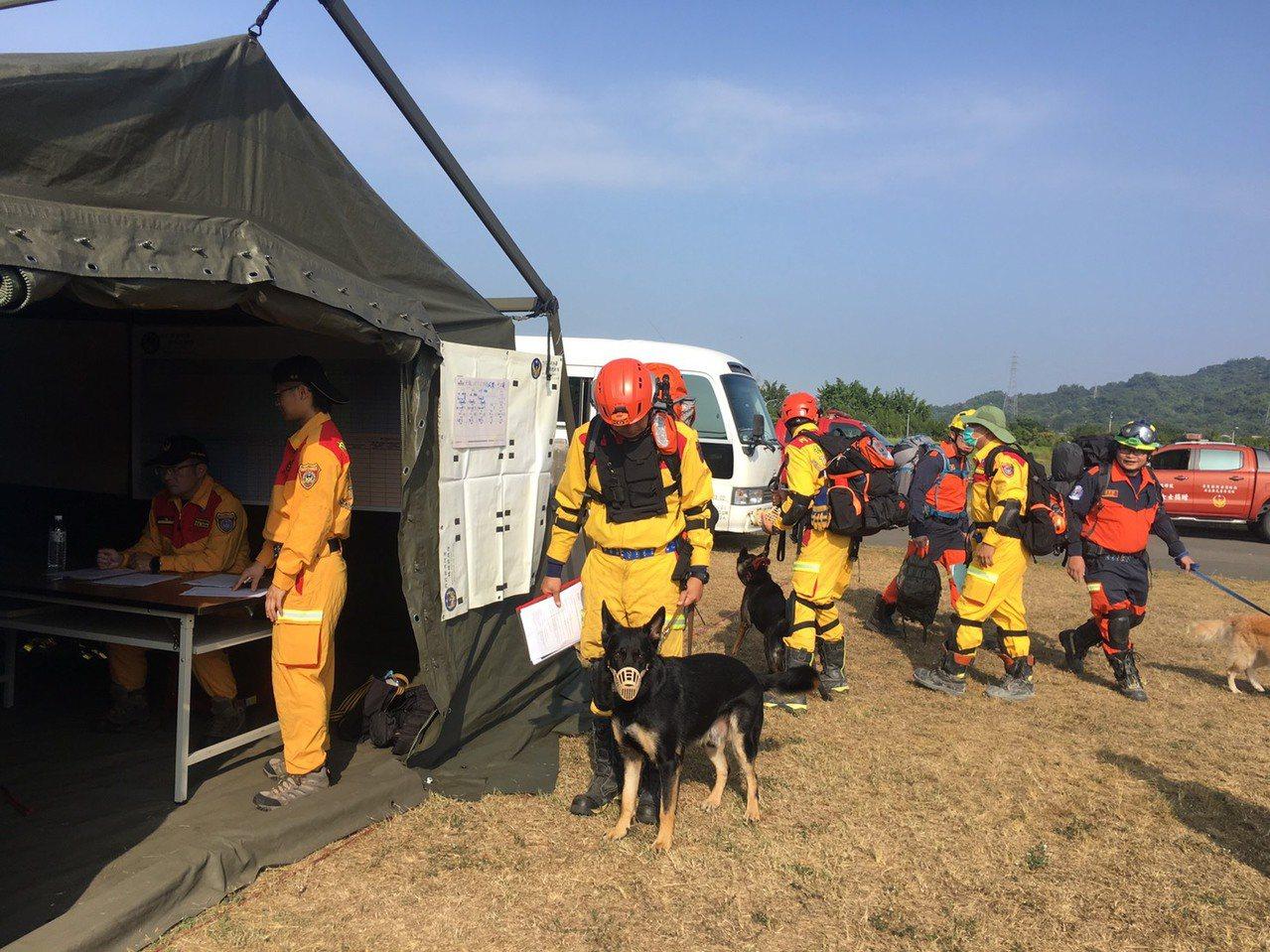 內政部消防署本月5日至7日舉辦「2019亞洲區MRT搜救犬隊救援能力認證」,今天...
