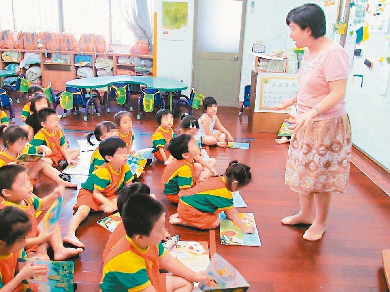 蔡政府今天宣布,明年1月起,2至3歲幼兒由準公共托嬰中心或保母來帶,家長每月可拿...