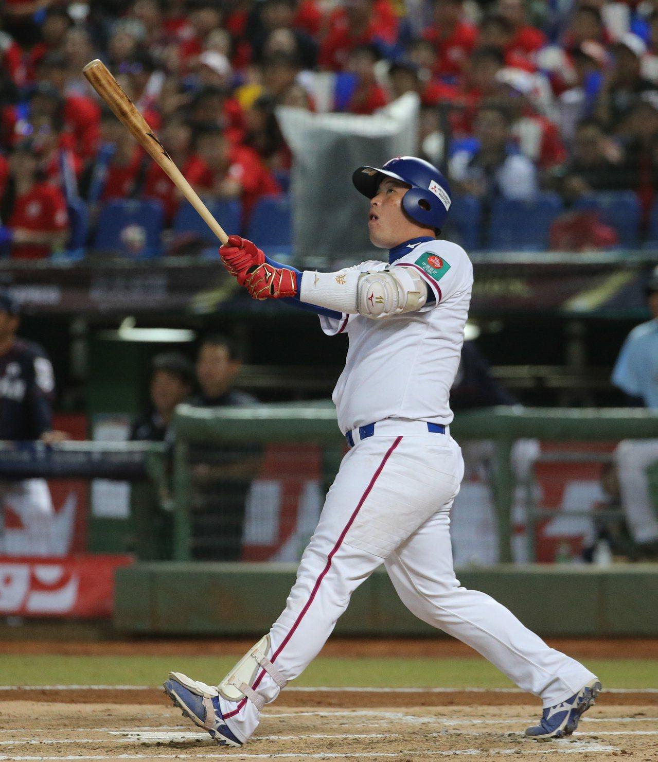 2019年世界12強棒球賽中華隊預賽對日本隊,林泓育敲出左外野深遠飛球,僅形成一...