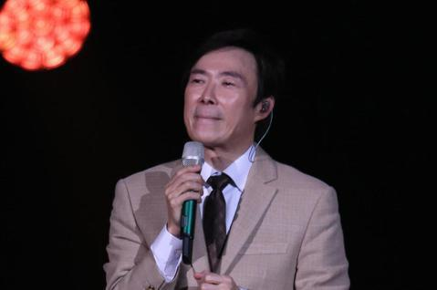藝人費玉清晚間舉辦告別演唱會最終場,演唱到最後他數度哽咽停下,並做出放下麥克風的動作,最後他以「南屏晚鐘」做結束,一邊唱一邊跳著舞,揮手向觀眾們告別。