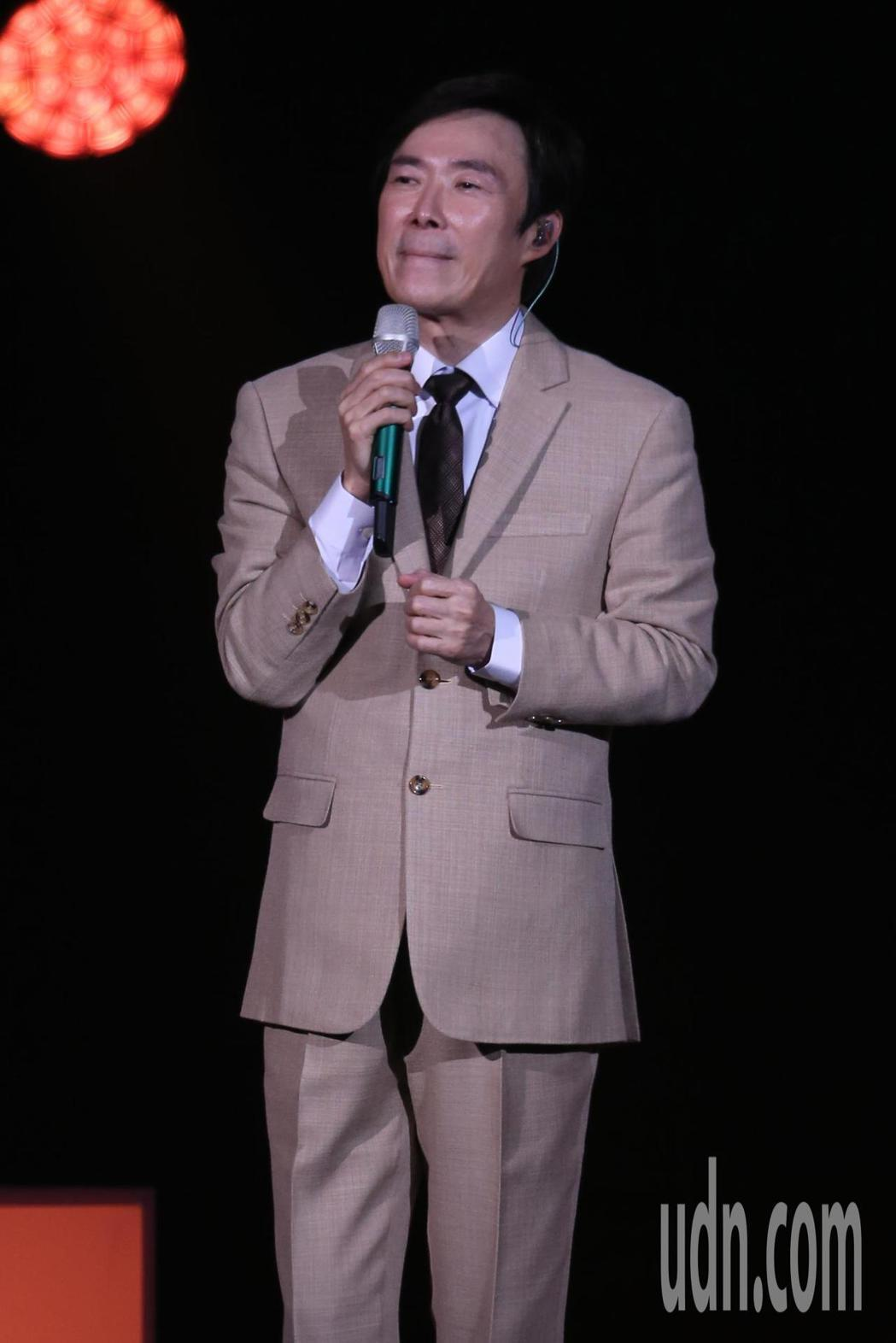 藝人費玉清晚間舉辦告別演唱會最終場,演唱到最後他數度哽咽停下。記者許正宏/攝影