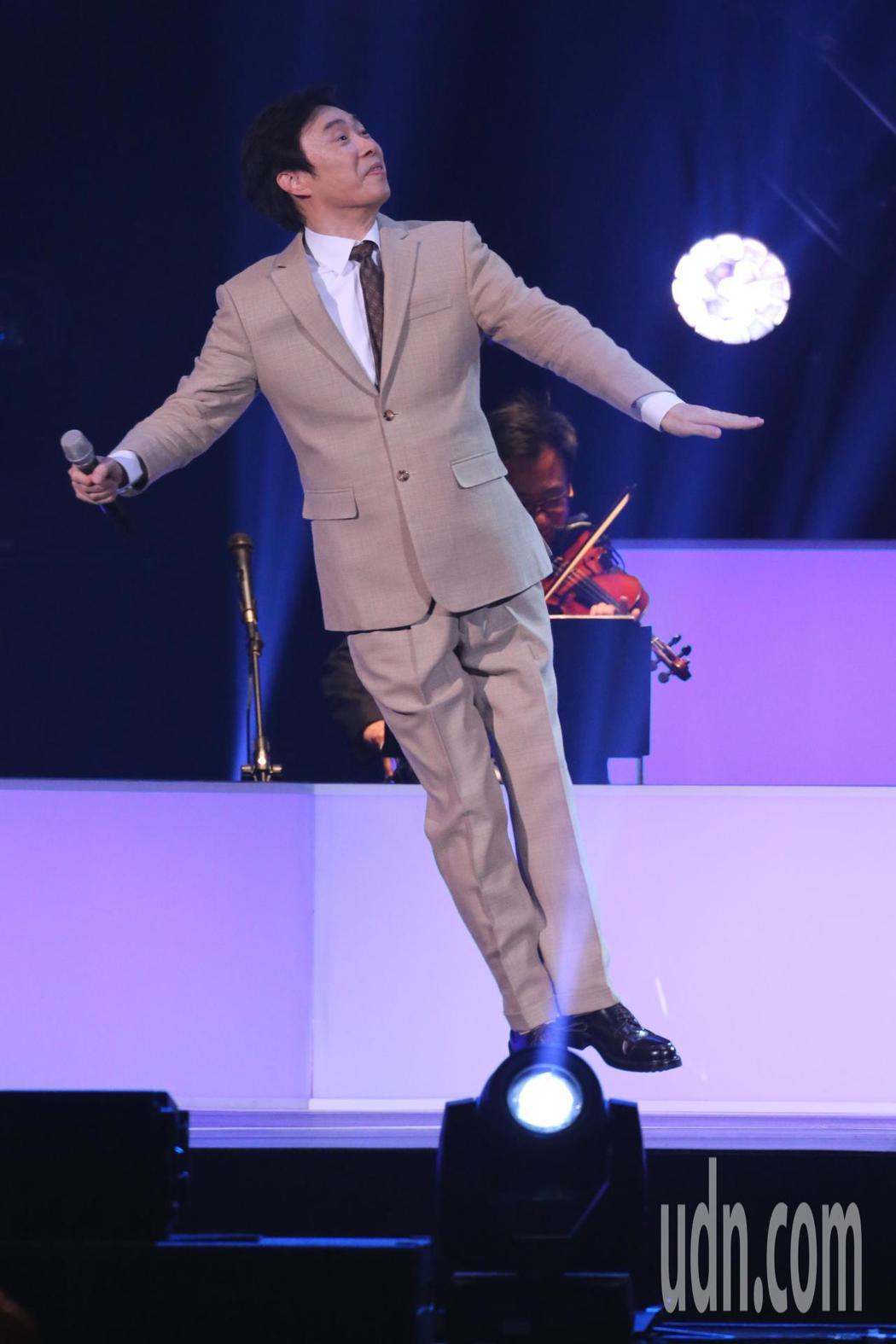 藝人費玉清晚間舉辦告別演唱會最終場,最後他以「南屏晚鐘」做結束,一邊唱一邊跳著舞...