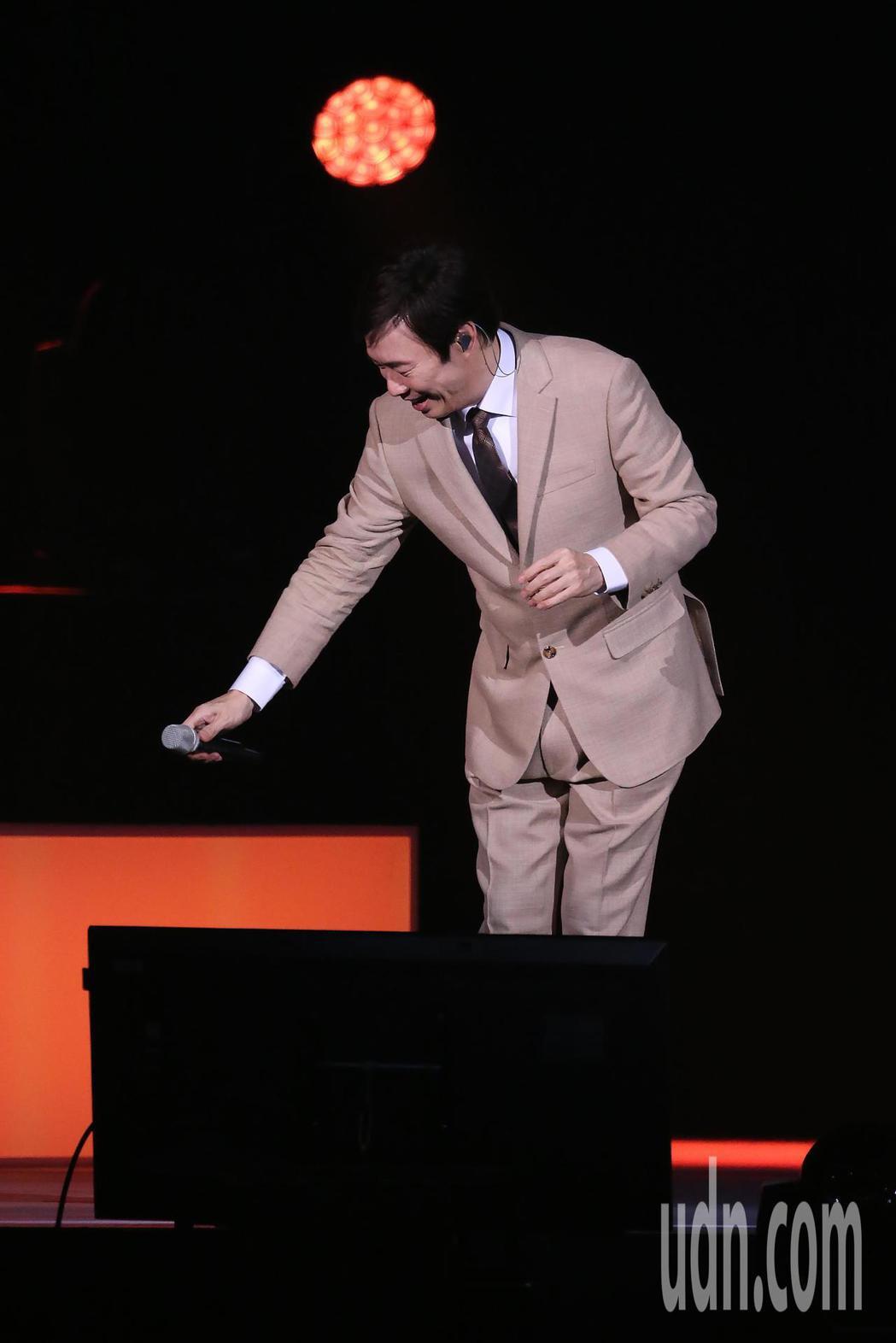 藝人費玉清晚間舉辦告別演唱會最終場,他在舞台上做出放下麥克風的動作。記者許正宏/...