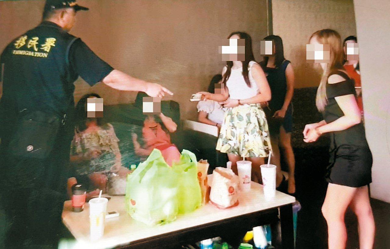 移民署專勤隊在南投養生館查獲大批外籍女子假觀光真賣淫,從事色情交易。 圖/移民署...