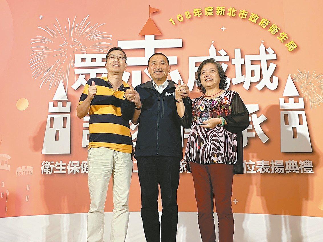 新北志工葉純純(右)服務12年,今年獲特殊貢獻獎,她丈夫呂春吉(左)三年前也加入...