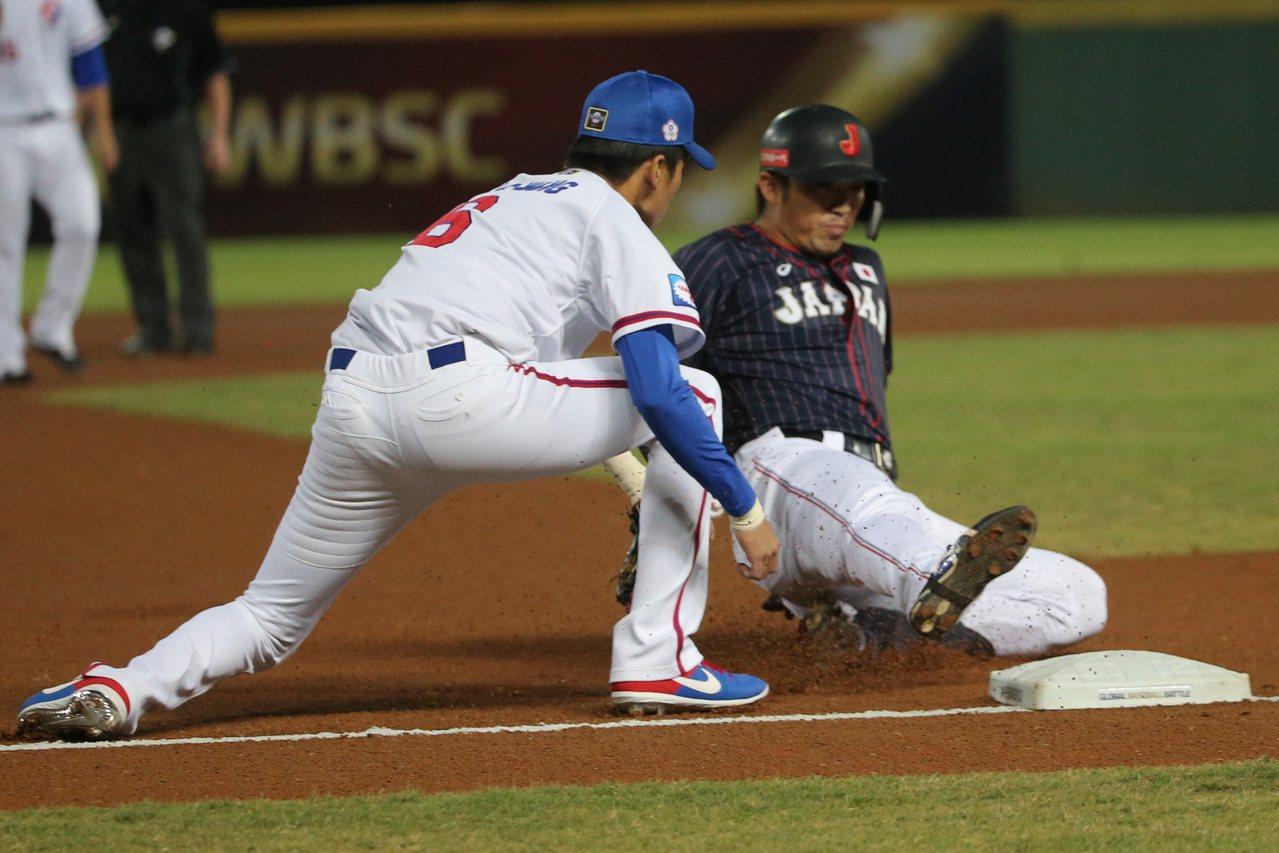 日本隊鈴木誠也(右)一局上半擊出中外野三壘安打1分打點。 記者黃仲裕/攝影