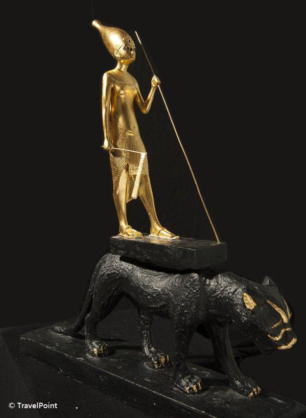 站在獵豹上的圖坦卡門雕像。 圖/聯合數位文創提供