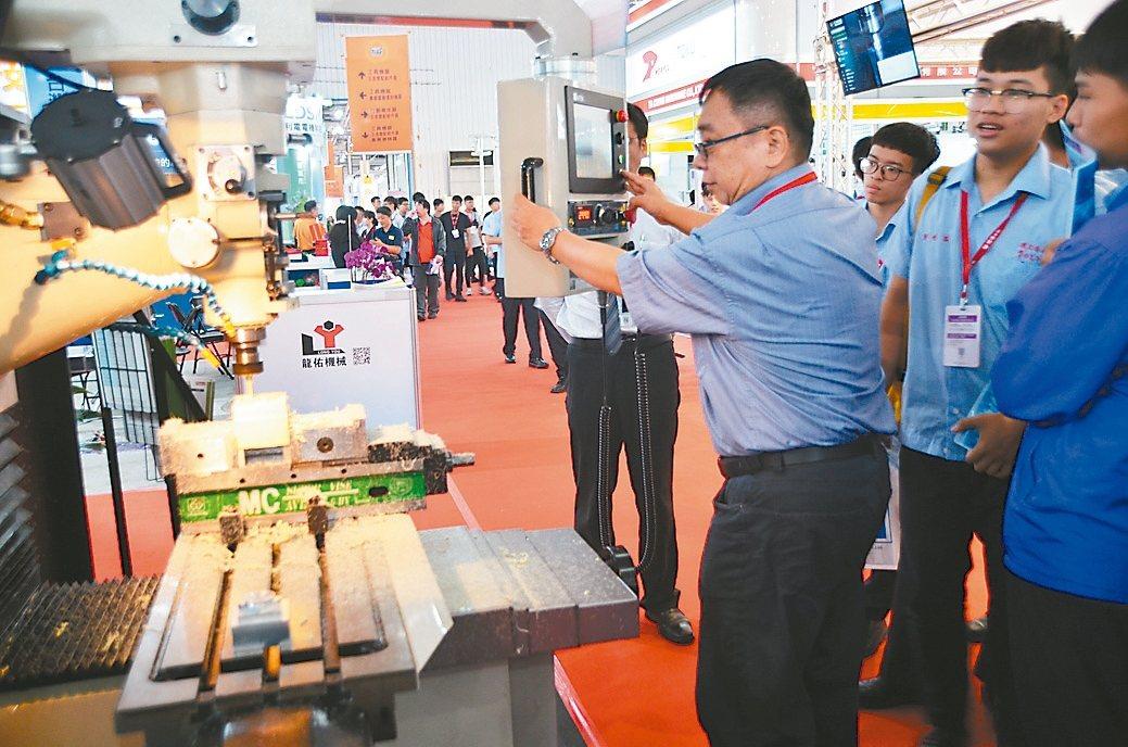 .翔晟科技(二館1305)展出小型五軸加工中心機及CNC複合式銑床,甫開展就吸引...