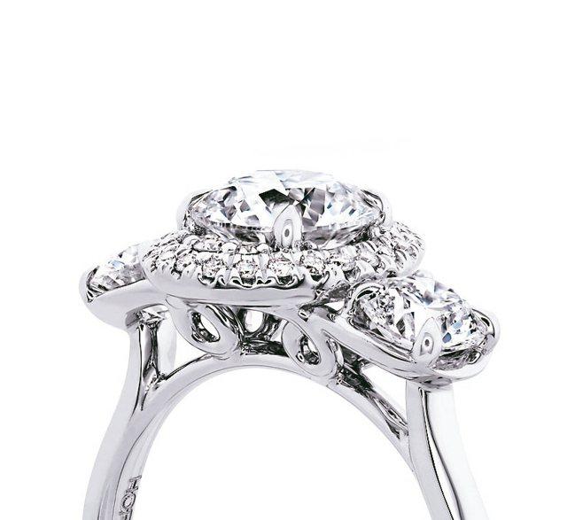 以以不同大小的圓形明亮式切割鑽石透過巧妙排列手法和K金角度,創造猶如橢圓形主石的...