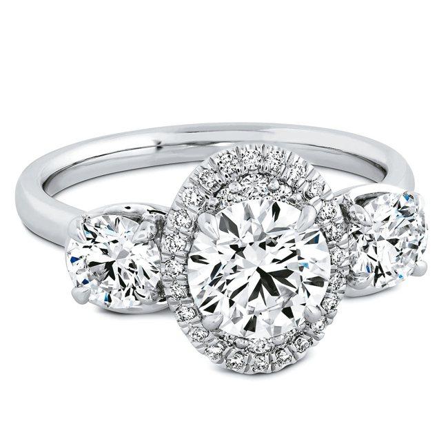 鉑金鑲嵌鑽石分別為約1.09克拉、1.09克拉、2.08克拉。每顆配鑽都以1...