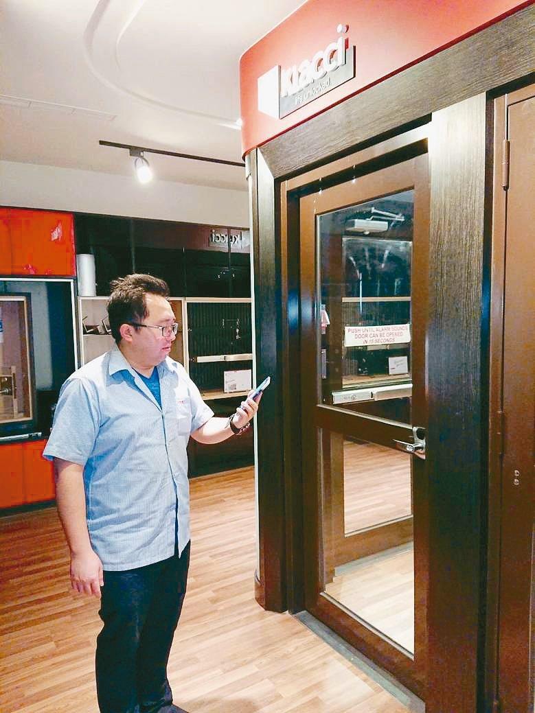 一德金屬創新研究長沈奕廷展示「iF系列人臉辨識智慧門鎖」。 莊智強/攝影