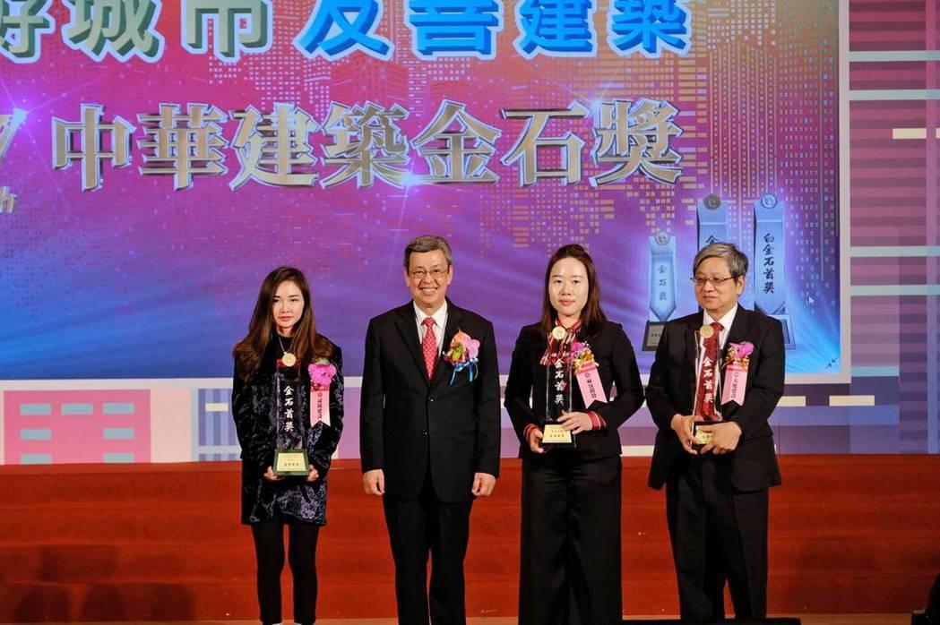 中華建築金石首獎得主與副總統陳建仁(左二)共同合影。 圖/金石獎提供