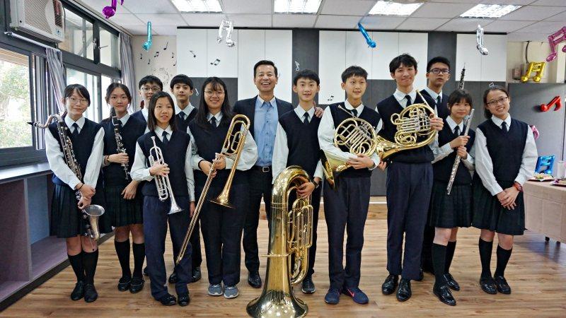 歐德集團董事長陳國都與管樂團的學弟妹們開心合影。歐德集團/提供