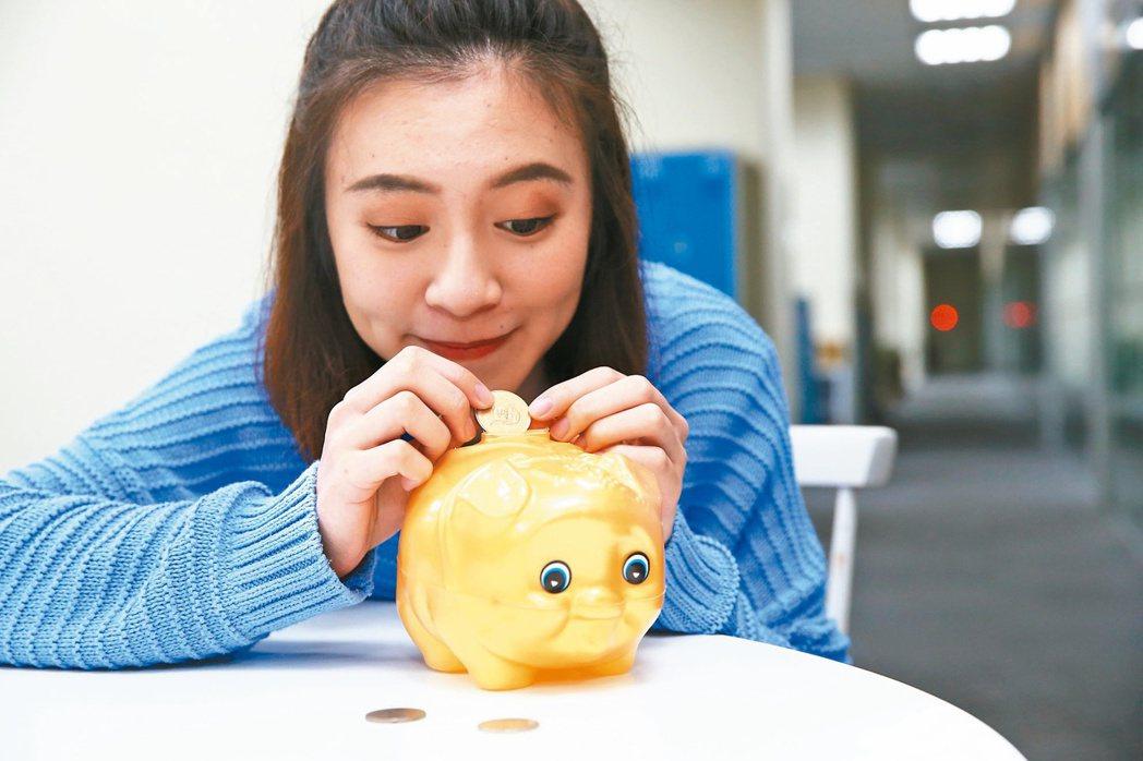 小資族每月提撥一些錢,定期定額做投資,長此以往也能積累出財富來。 攝影記者/高彬...