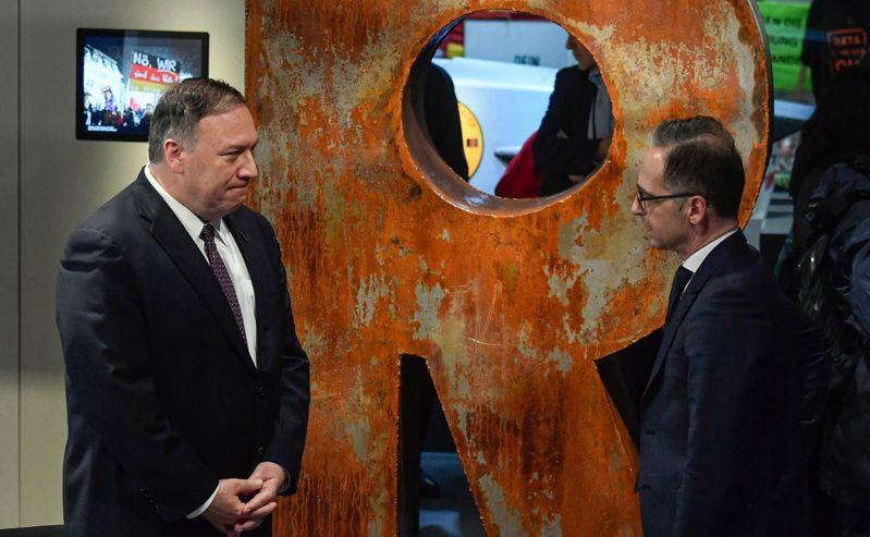 美國國務卿龐培歐(左)與德國外長馬斯在萊比錫共同見證當年的民主示威。Getty Images