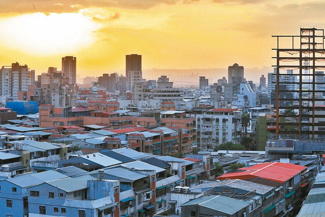 台北市公布今年第二季各區住宅價格,多數行政區房價持續回升,文山區、中正區和高點相...