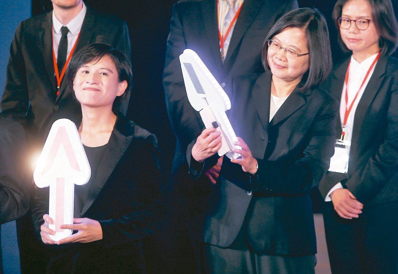 蔡英文總統(右)與文化部長鄭麗君(左)上午出席文化內容策進院揭牌儀式。 記者余承...