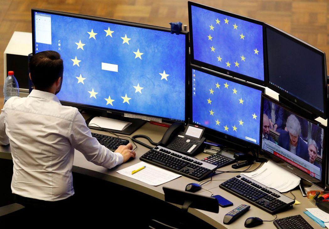 法人指出,國際貿易情勢改善有利以出口為導向的歐洲經濟與企業獲利前景,建議空手者可...