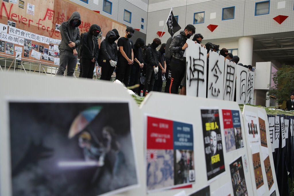 約100名市民在旺角朗豪坊附近遊行,為周梓樂默哀及獻花。圖/美聯社