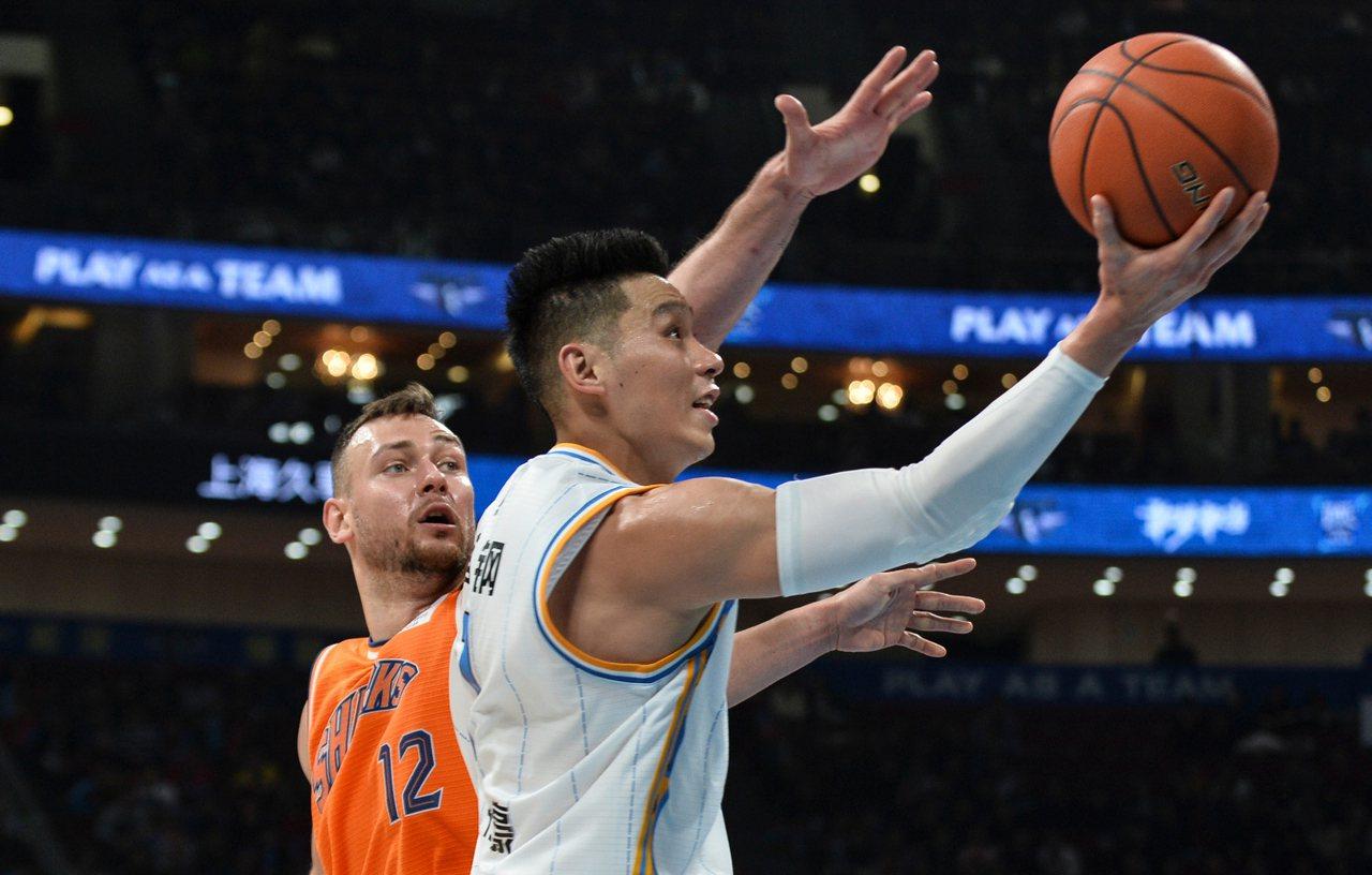 北京首鋼隊球員林書豪(右)在比賽中上籃。在2019-2020賽季中國男子籃球職業...