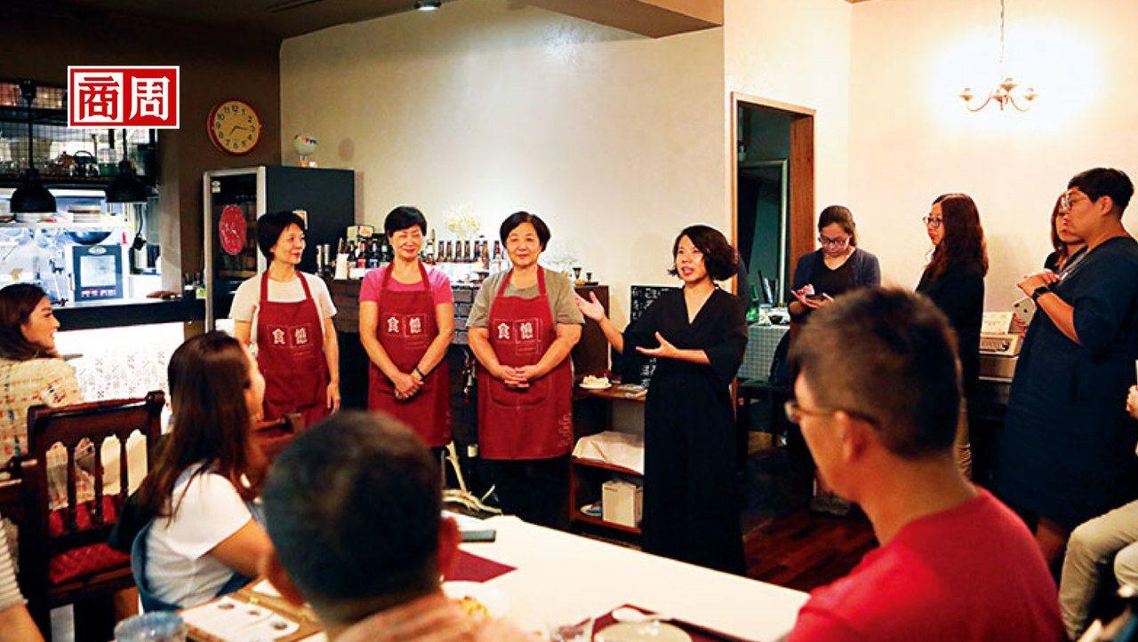 介紹今日大廚是每次開飯前,食憶創辦人陳映璇(左7)必做的事,介紹主廚,也告訴食客...