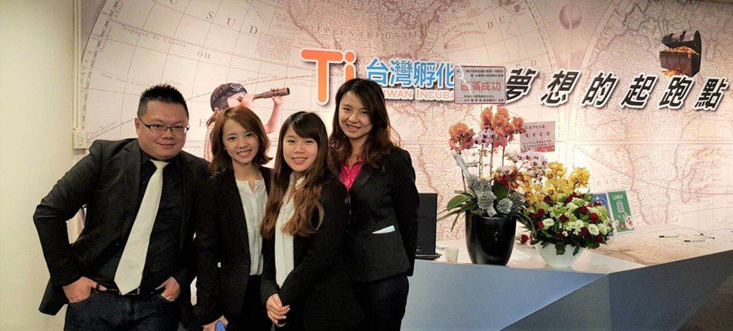 精彩創意總經理胡恒士(左一)表示,永遠為你多想一步,是公司服務每個客戶時的基本要...