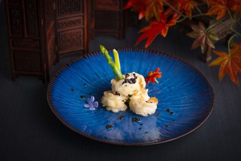 極重刀工的一道料理「牡丹琉璃明蝦球」。 香格里拉台北遠東國際大飯店/提供
