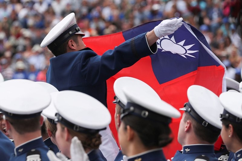 圖為台灣畢業生於美國空軍官校畢業典禮舉起台灣國旗。 圖/路透社