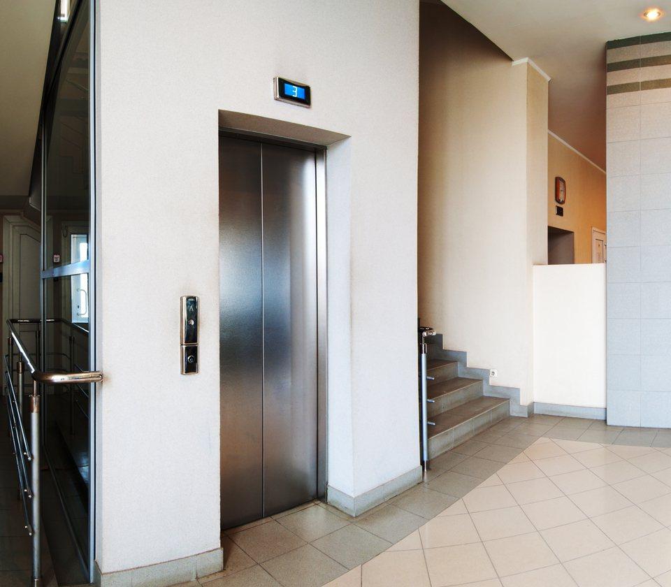 原PO表示自己住在20幾年的舊電梯大樓,但一樓住戶卻不願平分「公共電費」。電梯大...