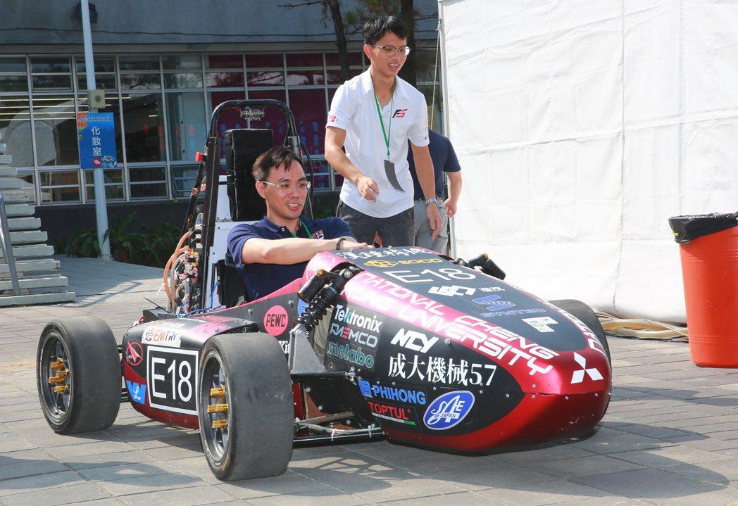 場外互動區,成大方程式賽事的電動車,相當吸引民眾試乘。 張傑/攝影