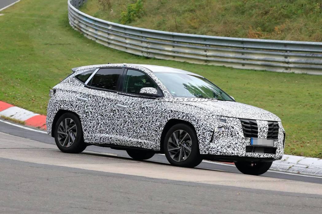 儘管全身被偽裝衣遮滿,但依然可從輪廓中見到外觀完全大改款的第四代Hyundai ...