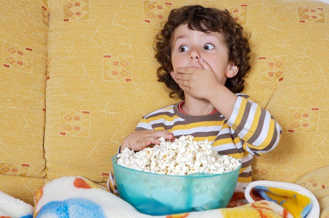 孩子看著大人使用遙控器恣意的轉台,很容易就學會怎麼看電視,不過要怎麼聰明陪伴孩子...
