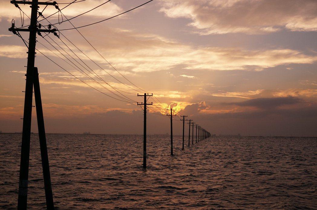 推動電纜地下化仍有相當大的阻力。圖為千葉縣木更津市的「電柱名勝」江川海岸。 圖/...