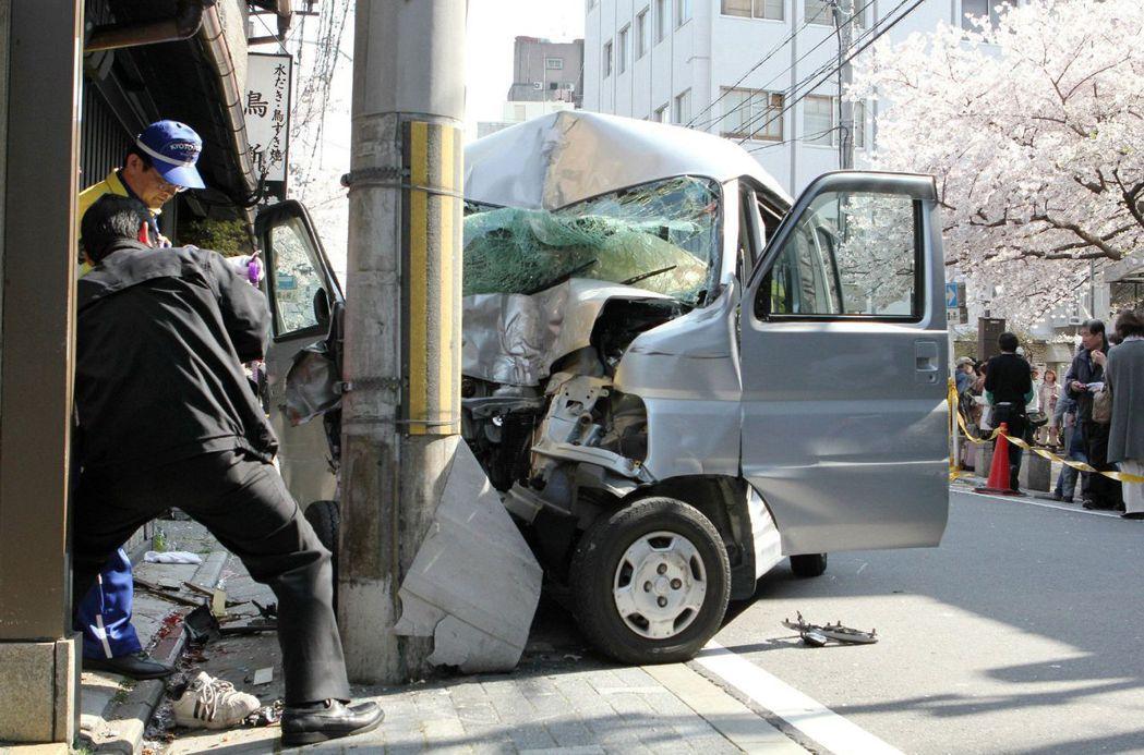 根據國土交通省與警察廳2015年公布的資料,車輛撞擊電桿的致死率,是一般交通事故...