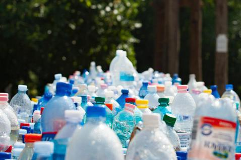 一次性塑膠對環境影響甚大,各大廠商擬出新方法以緩解其對地球所造成的惡化。 圖/P...