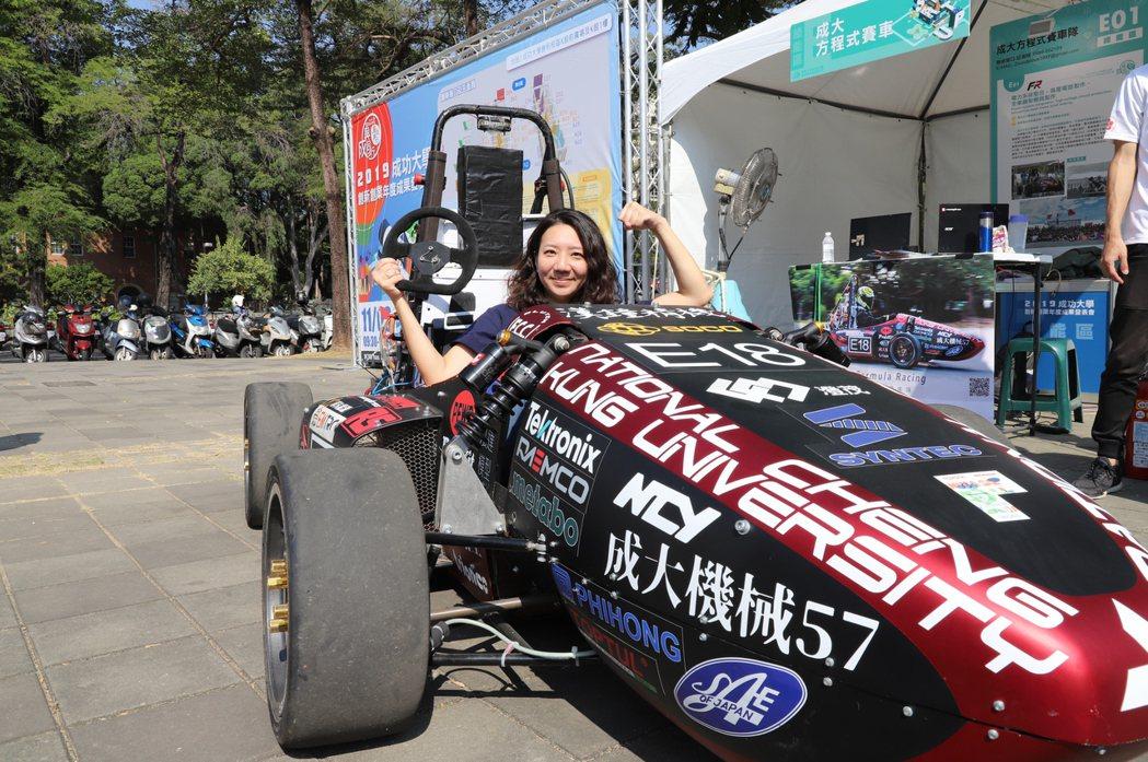 戶外的方程式賽車,是許多民眾相當感興趣的團隊。 成大技轉育成中心邱芎蓉/攝影